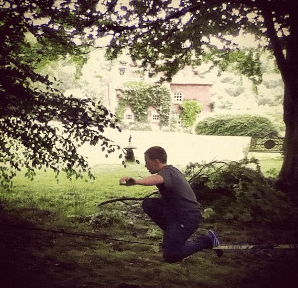 Rocco haciendo slacklining en la country house de Guy Ritchie