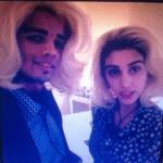 Brahim y Lola con pelucas