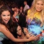 Katy Perry y Selena Gómez tocando la barriga de Fergie