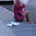 Angelyne por el suelo