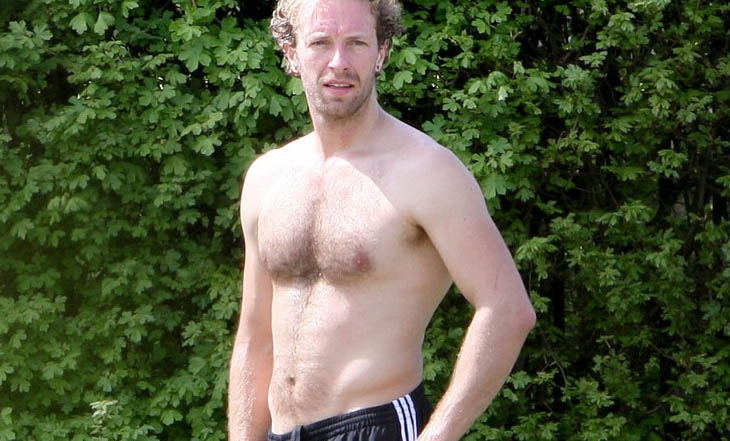 Chris Martin sin camiseta