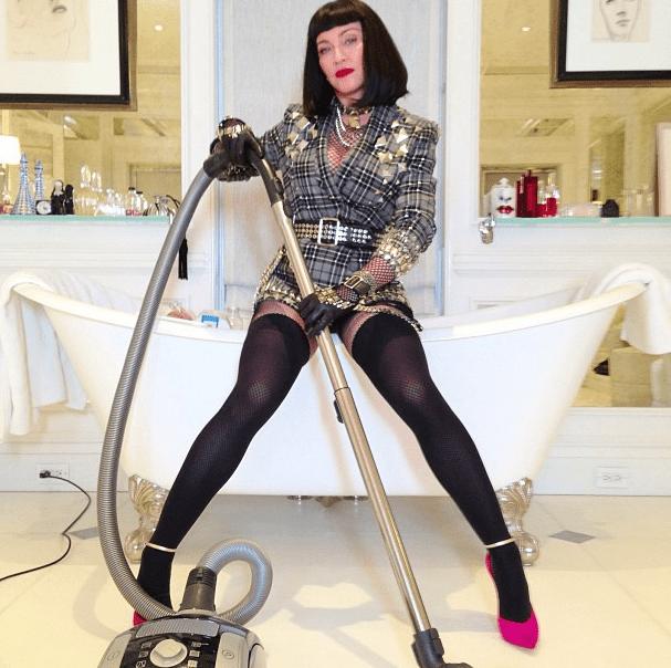 Madonna con la aspiradora en la bañera  Met Ball 2013