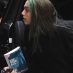 Lourdes María leyendo 'La Campana de Cristal' de Sylvia Plath
