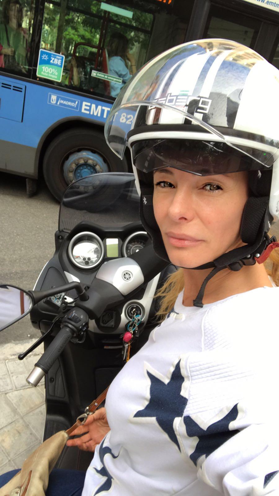Paula en moto por las calles de Madrid.
