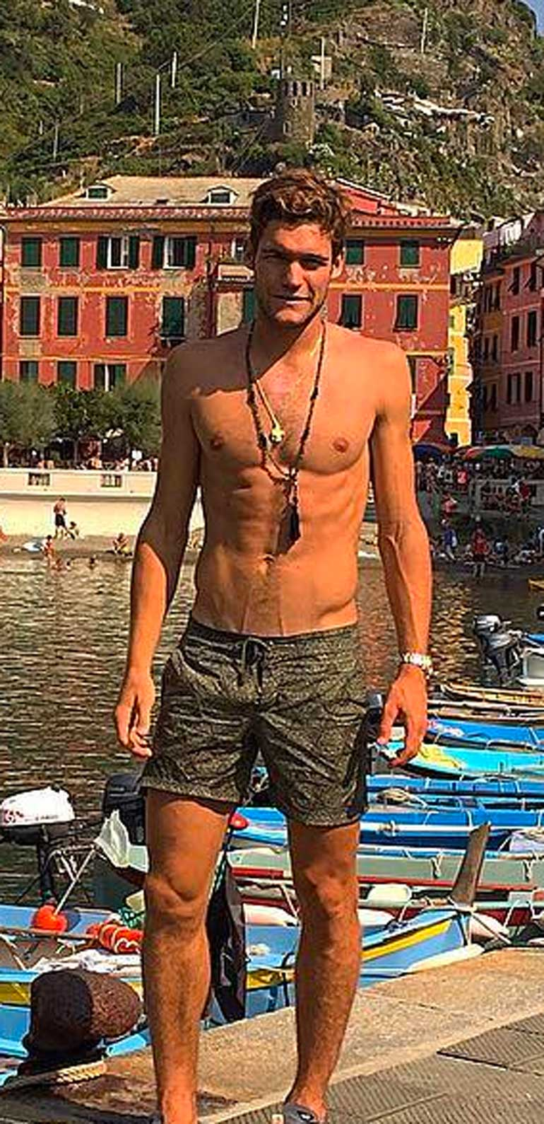 Marcos Alonso desnudo de cintura para arriba.
