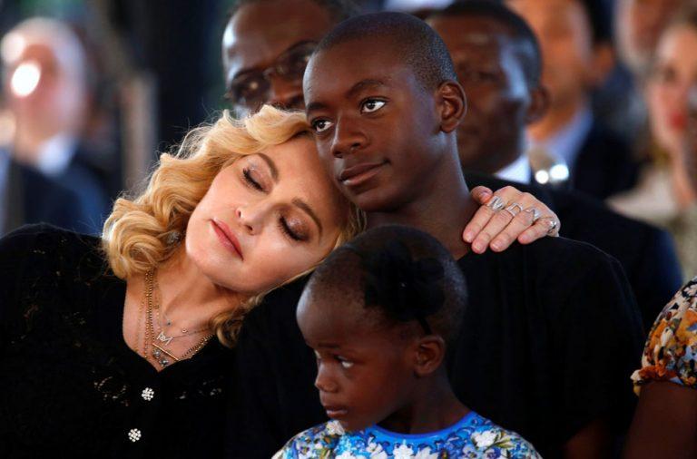 Madonna con sus hijos David y Estere.