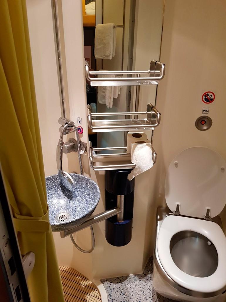 El baño con ducha privada.