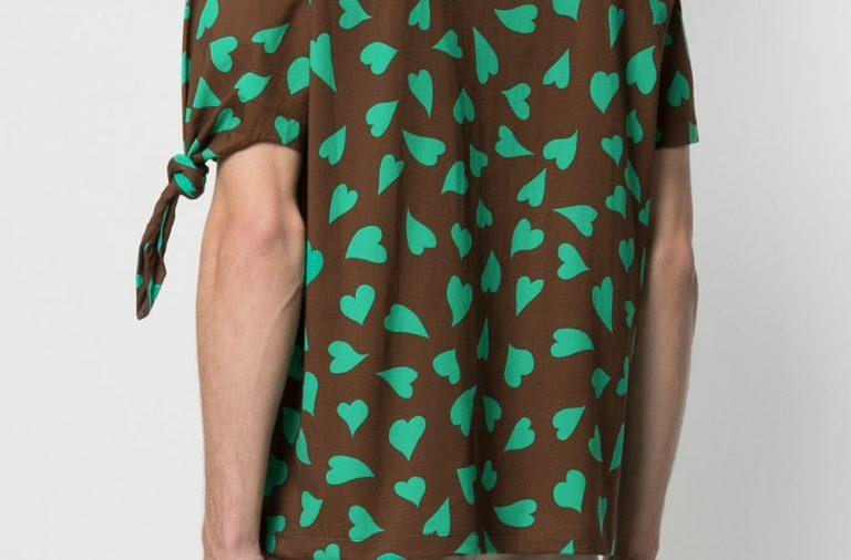 Camiseta con nudo y estampado de corazones de JW Anderson