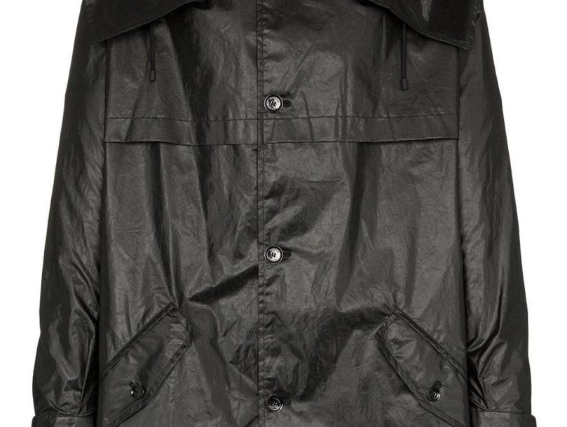 Parka con capucha VLTN Valentino Garavani en algodón de color negro de Valentino con cierre con botones en la parte delantera, manga larga, bolsillos con solapa en el frente, detalles de pliegues en la parte de atrás y ajuste oversize.