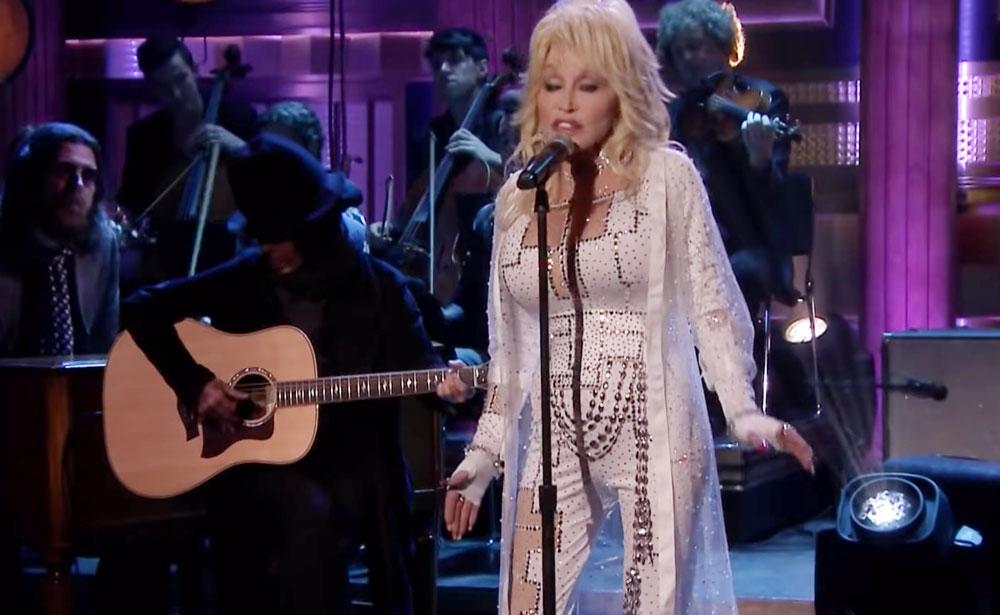Dolly Parton y Linda Perry cantando Girl In The Movies Netflix