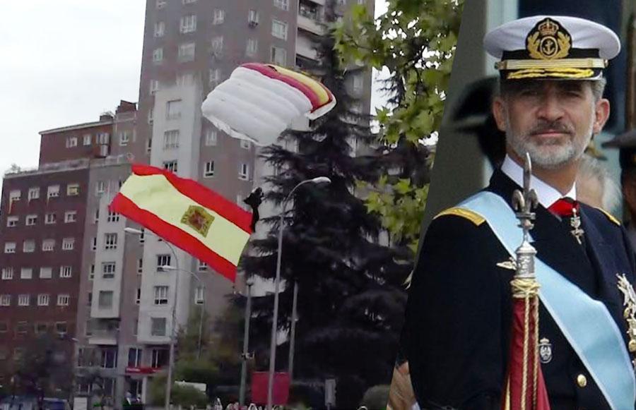 Paracaidista se engancha con la bandera de España en una farola